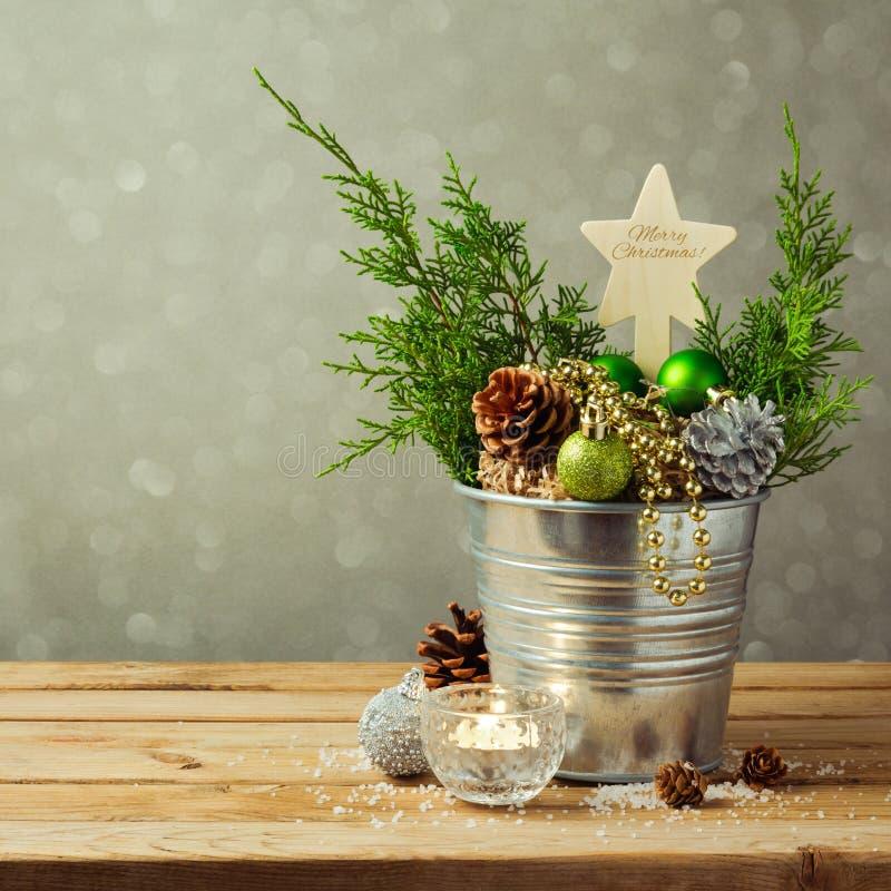De decoratie van de Kerstmislijst met ballen en pijnboomgraan over onduidelijk beeldachtergrond stock fotografie