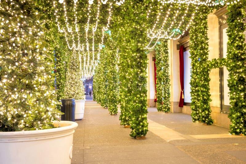De decoratie van de Kerstmisstad - Kerstmisboom en lichtenslingers stock afbeeldingen