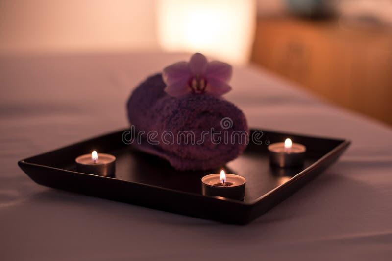 De decoratie van de schoonheidssalon in massageruimte, kaarsen, handdoek en orchidee royalty-vrije stock foto