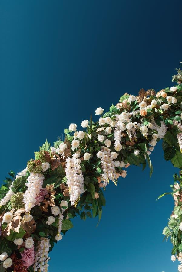 De decoratie van het de herfsthuwelijk in de bergen Modern huwelijk stock afbeelding