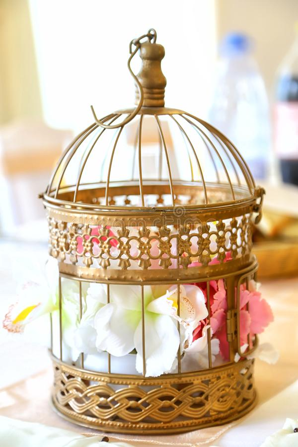 De decoratie van het huwelijk Bloem in een decoratieve kooi stock foto's