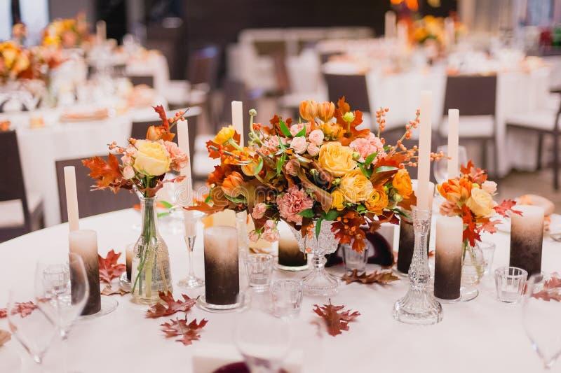 De decoratie van het huwelijk Boeketten van bloemen stock fotografie
