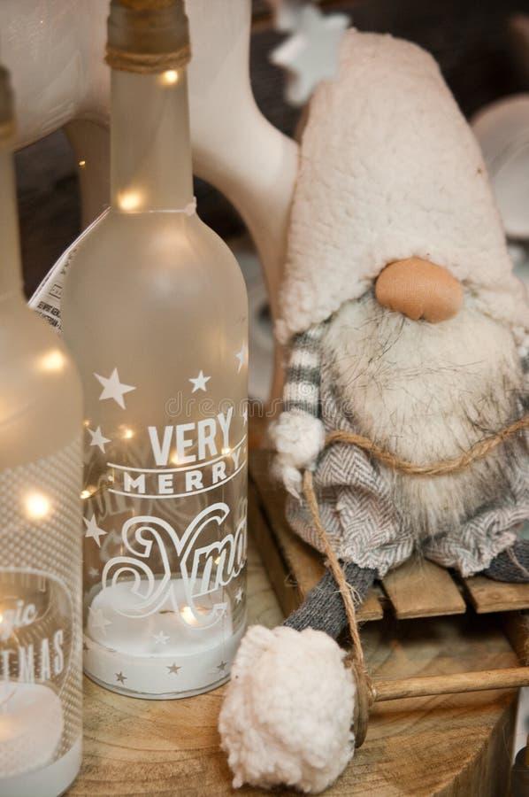 De decoratie van het Kerstmishuis met dwerg en gebottelde kaarsen stock fotografie