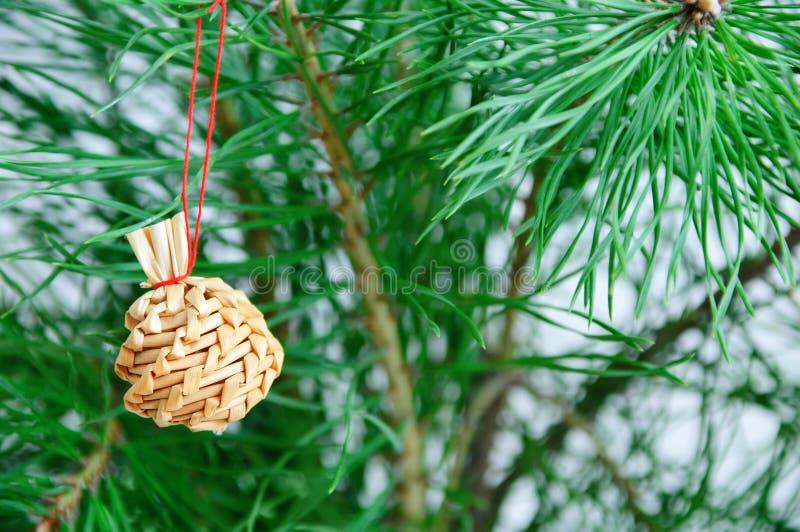 De decoratie van het Kerstmisstro het hangen op sparren royalty-vrije stock fotografie