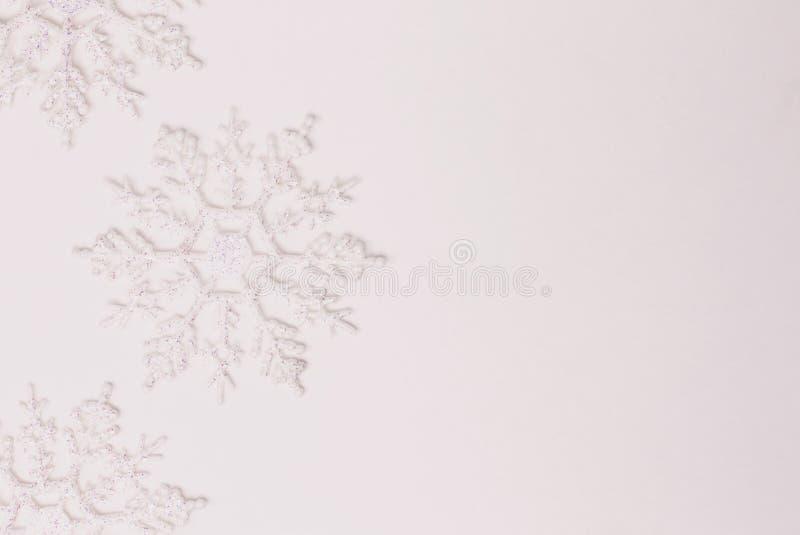 De decoratie van het sneeuwvlokornament op wit stock foto