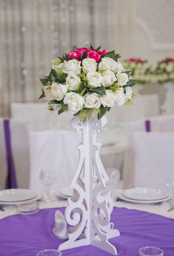 De decoratie van huwelijksbloemen in het restaurant Mooie bloemen op lijst in huwelijksdag stock afbeelding