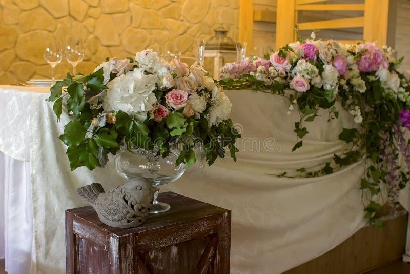 De decoratie van de huwelijkslijst met glases bloeit bouqet stock afbeeldingen