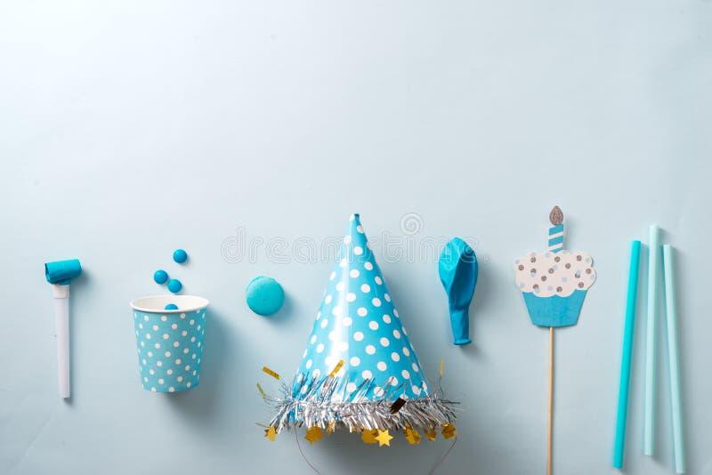 De decoratie van de jongensverjaardag Blauwe lijst die van hierboven met muf plaatsen stock afbeelding