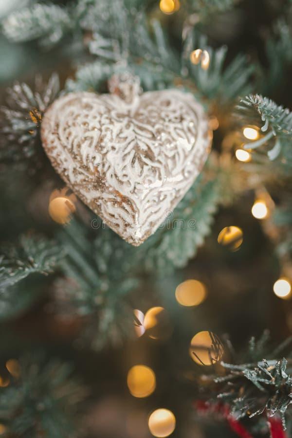 De Decoratie van de kerstboom Stuk speelgoed in de vorm van het hart en het klatergoud royalty-vrije stock fotografie