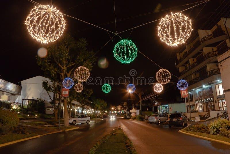 De Decoratie van Kerstmis bij Nacht Canela Brazilië stock afbeeldingen