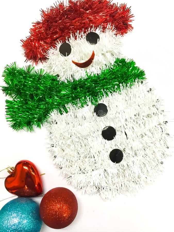 De decoratie van Kerstmis die op witte achtergrond wordt geïsoleerdh De sneeuwman, de kleurrijke ballen en het hart zijn op witte stock foto's
