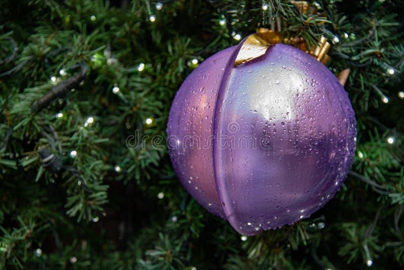De decoratie van Kerstmis Het grote decoratieve blauwe snuisterij hangen op een Kerstboom stock fotografie