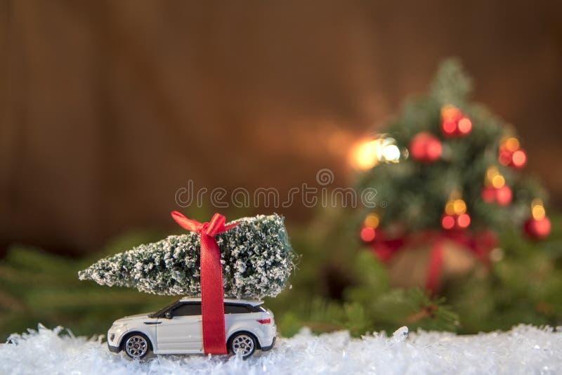 De decoratie van Kerstmis Kerstboom over stuk speelgoed auto stock afbeeldingen