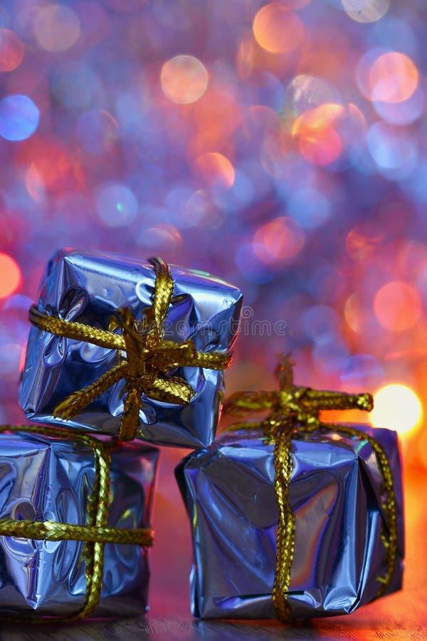 De decoratie van Kerstmis Mooie Kerstboomornamenten op abstracte, vage kleurrijke achtergrond Concept voor de winter, vakantie stock foto