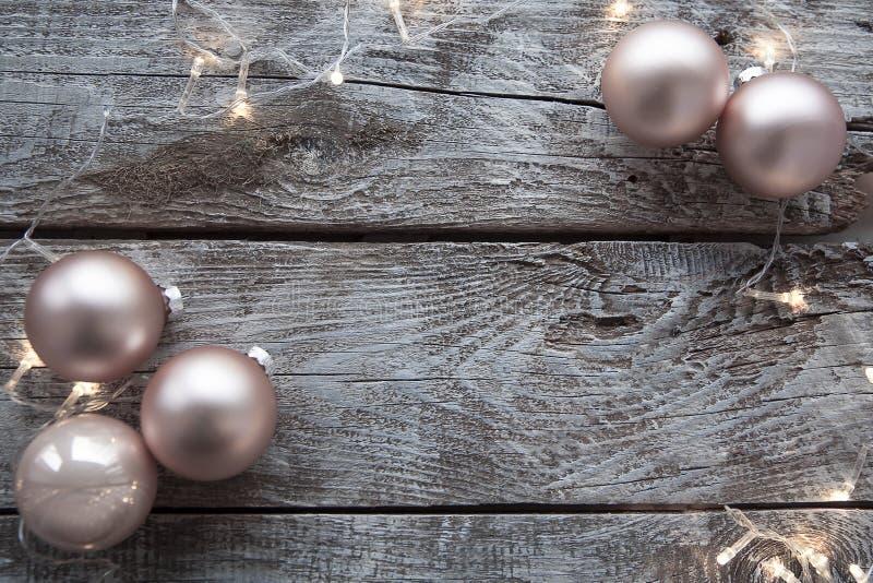 De decoratie van Kerstmis op een houten lijst royalty-vrije stock fotografie