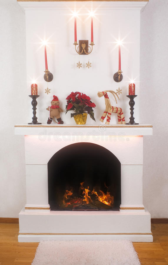 De decoratie van Kerstmis op een open haard royalty-vrije stock afbeeldingen