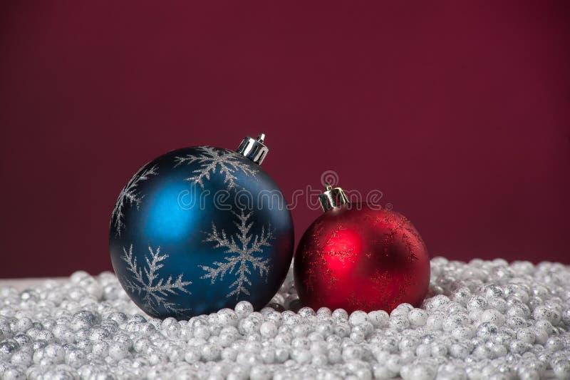 De decoratie van Kerstmis op sneeuw royalty-vrije stock fotografie