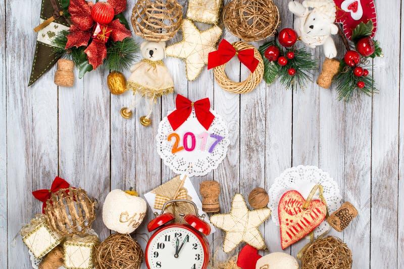 De decoratie van Kerstmis over houten achtergrond Het concept van de de wintervakantie 2017 kleurrijke aantallen royalty-vrije stock foto