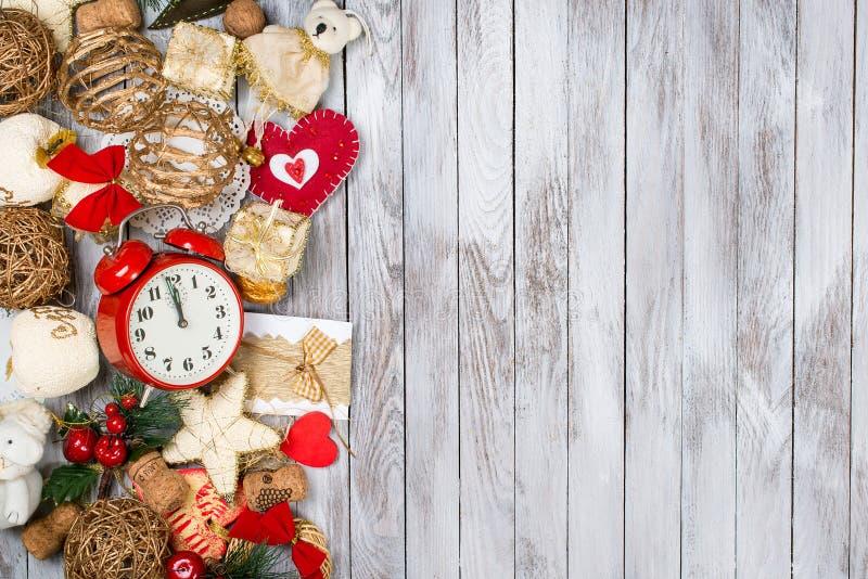 De decoratie van Kerstmis over houten achtergrond Het concept van de de wintervakantie Ruimte voor tekst royalty-vrije stock afbeeldingen