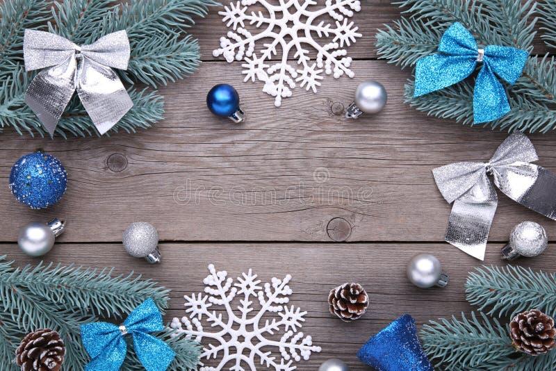 De decoratie van Kerstmis Sparrentak met ballen, builen, sneeuwvlok en bogen op een grijze achtergrond stock afbeelding
