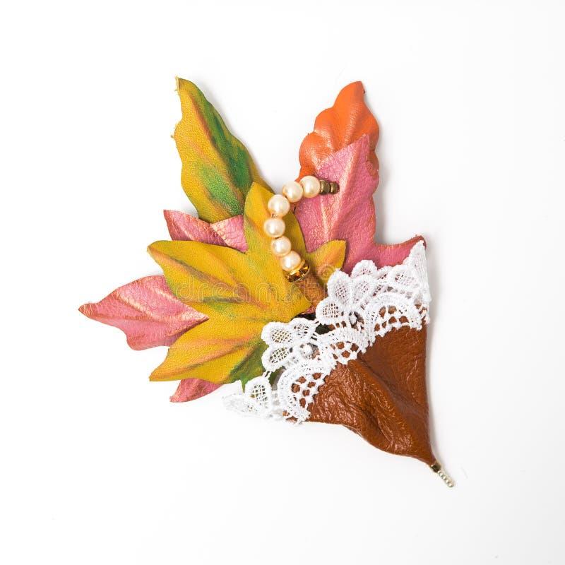 De decoratie van leer broche in de vorm van paraplu met met de hand gemaakte bloemen royalty-vrije stock foto's