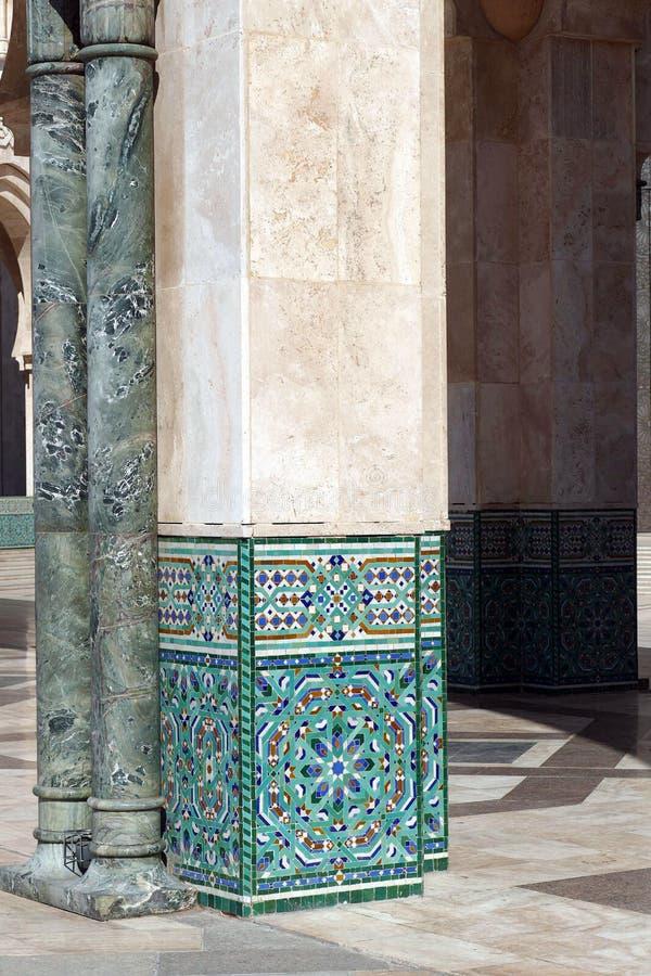 De decoratie van de mozaïektegel op de buiten vierkante kolommen stock afbeelding