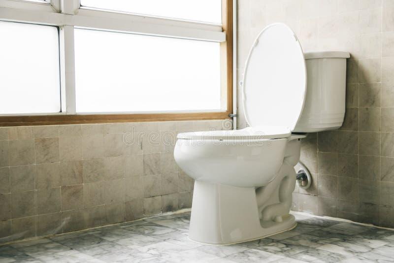 Download De Decoratie Van De Toiletzetel In Badkamers Stock Afbeelding - Afbeelding bestaande uit niemand, binnenlands: 107707253