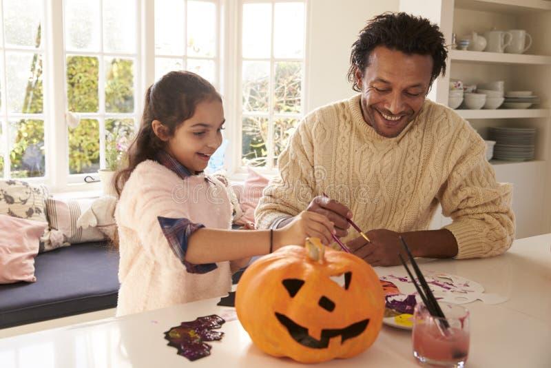 De Decoratie van vaderand daughter making Halloween thuis royalty-vrije stock afbeelding