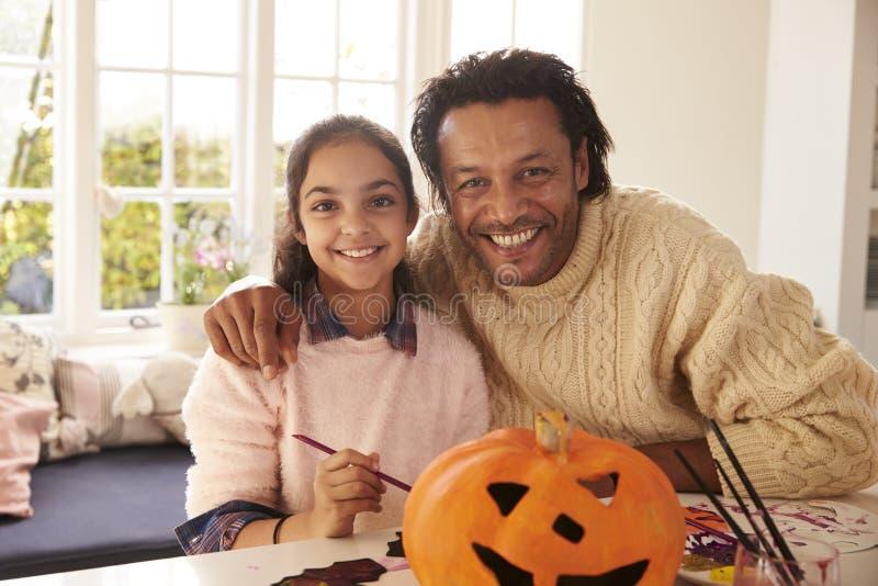 De Decoratie van vaderand daughter making Halloween thuis royalty-vrije stock foto