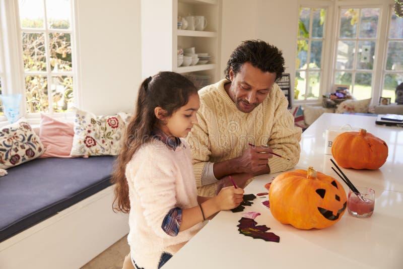 De Decoratie van vaderand daughter making Halloween thuis stock afbeeldingen