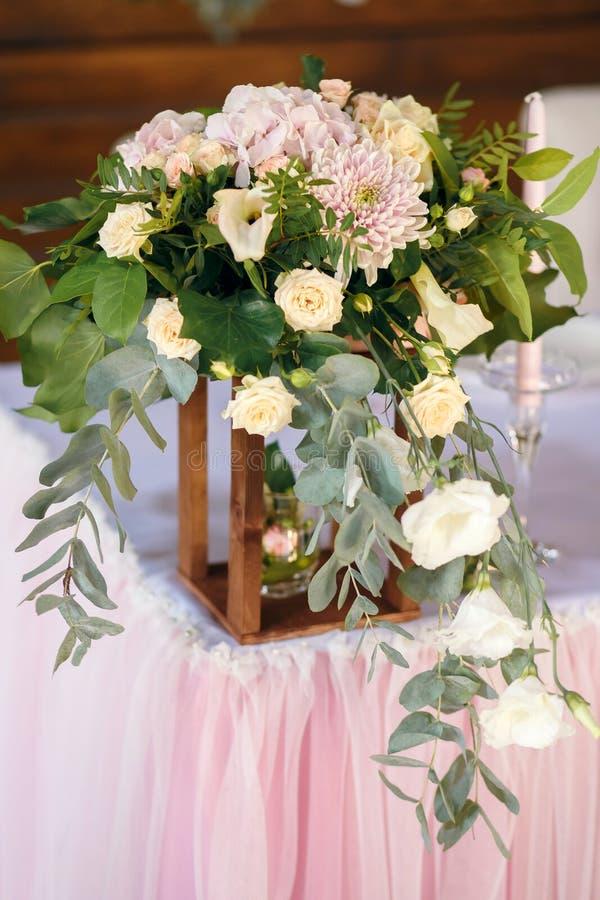 De decoratie van de voedsellijst, partijvoedsel, lijst met bloem, huwelijkspartij stock foto's