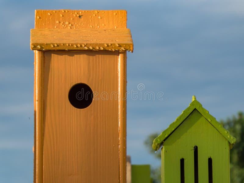 De decoratie van vogelhuizen in avondzon royalty-vrije stock afbeeldingen