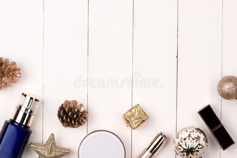 De decoratie van de de wintervakantie met de gift van vrouwenschoonheidsmiddelen Gelukkig nieuw y royalty-vrije stock afbeelding