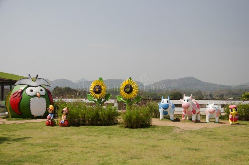 De decoratie vele poppen in tuin voor reizigersmensen neemt foto royalty-vrije stock afbeelding