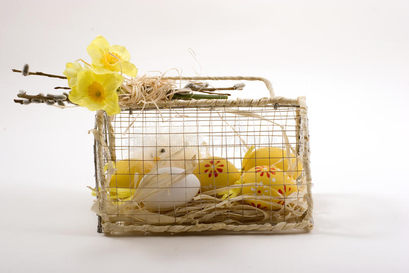 De decoratiekippen van Pasen in een kooi stock afbeeldingen
