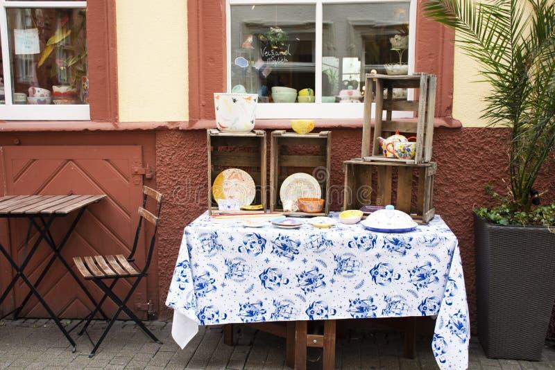 De decoratiekunst die ceramisch keukengerei schilderen toont en verkoop bij lokale winkel in Heidelberg, Duitsland royalty-vrije stock foto