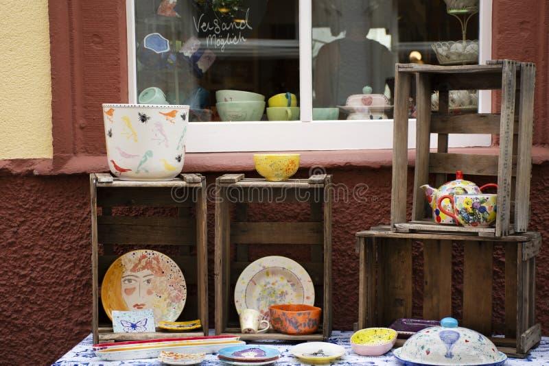 De decoratiekunst die ceramisch keukengerei schilderen toont en verkoop bij lokale winkel in Heidelberg, Duitsland royalty-vrije stock fotografie