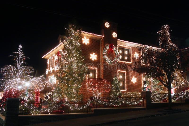 De de decoratielichten van het Kerstmishuis tonen in de buurt in de voorsteden van Brooklyn van Dyker-Hoogten stock foto's
