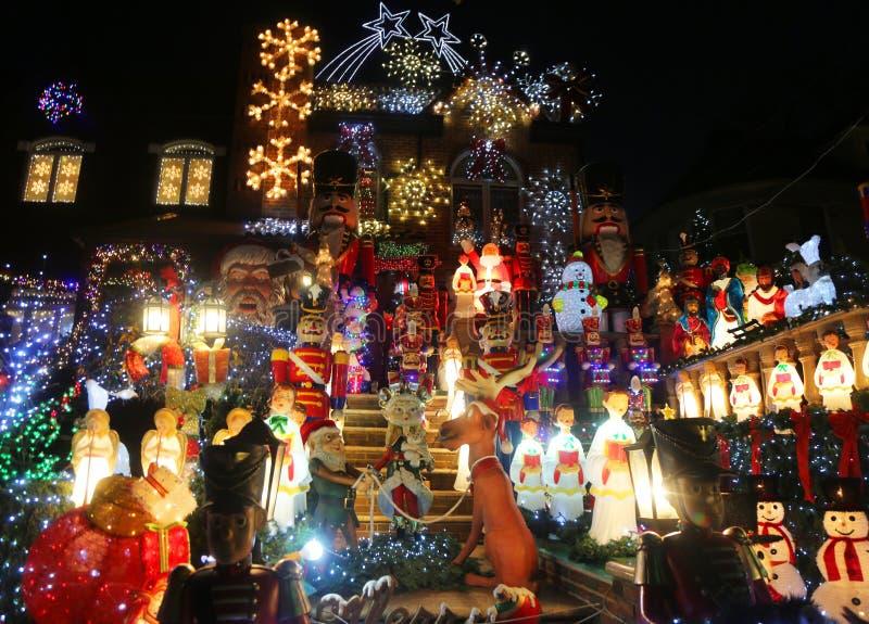 De de decoratielichten van het Kerstmishuis tonen in de buurt in de voorsteden van Brooklyn van Dyker-Hoogten stock foto