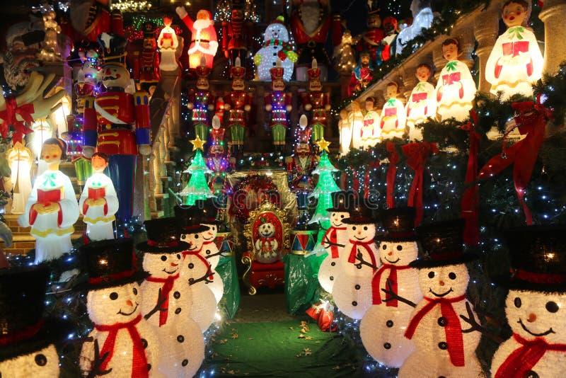 De de decoratielichten van het Kerstmishuis tonen in de buurt in de voorsteden van Brooklyn van Dyker-Hoogten stock afbeeldingen