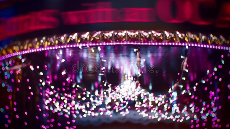 De decoratiepurple van de Kerstmisverlichting bokeh royalty-vrije stock foto's