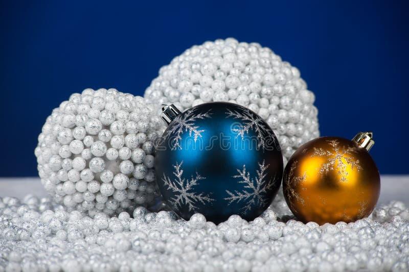 De decoratiespeelgoed van Kerstmis op sneeuw royalty-vrije stock afbeelding