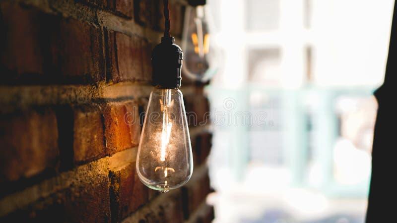 De decoratieve antieke bollen van het de stijl lichte wolfram van Edison tegen bakstenen muur royalty-vrije stock afbeelding
