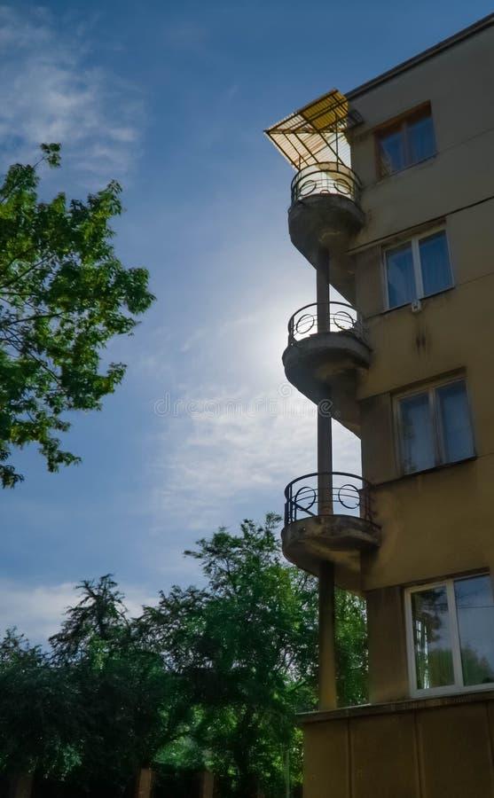 De decoratieve balkons en de vensters met poorten van oud stadscentrum huisvesten architecturaal, architectuur, de bouw, cultuur, royalty-vrije stock fotografie