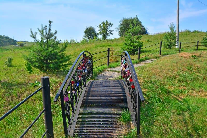 De decoratieve brug met sloten dichtbij Heilige bron het Wit goed van Kerkvorst Nikola Zaraysky royalty-vrije stock fotografie