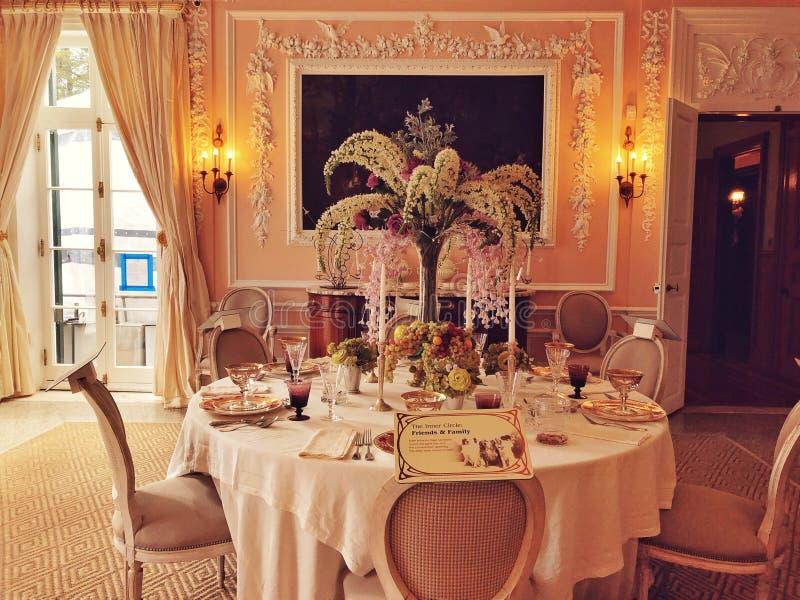 De decoratieve eetkamer binnen het Onderstel stock foto