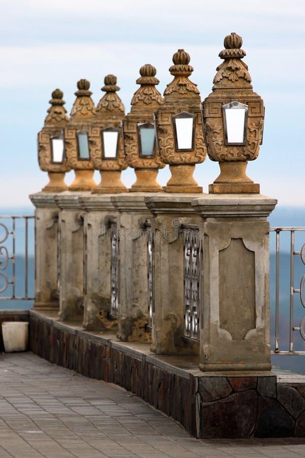 De decoratieve gesneden steenstraatlantaarns en omheining van het handtraliewerk royalty-vrije stock fotografie
