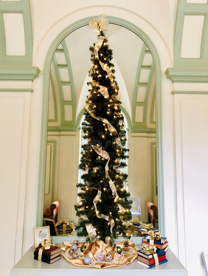 De decoratieve Kerstmisboom binnen het Onderstel royalty-vrije stock afbeeldingen