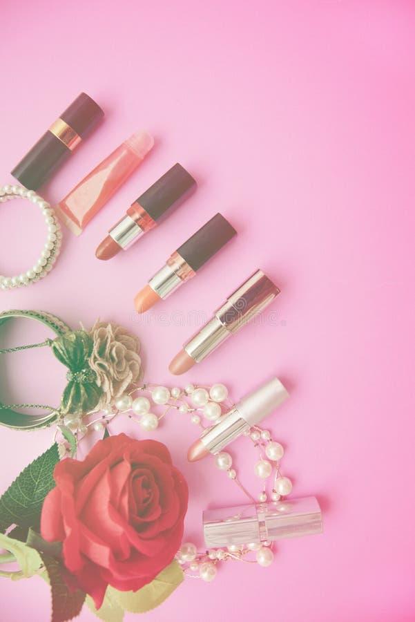 De decoratieve vlakte legt samenstelling met kleurrijke lippenstift royalty-vrije stock foto