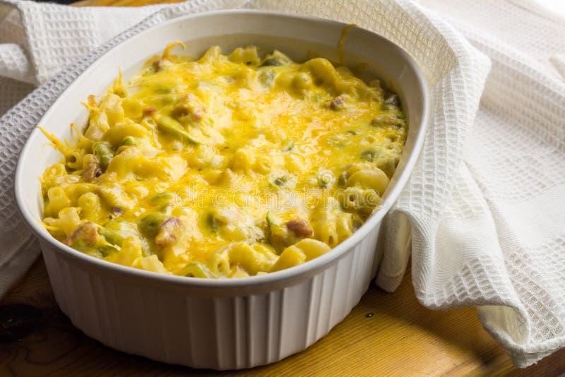 De deegwaren bakken dicht omhoog - Romige macaroni, kaas, groene paprika en royalty-vrije stock afbeeldingen
